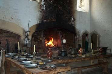 4x3 Hampton Court Tudor Kitchen.jpg (12306 bytes)